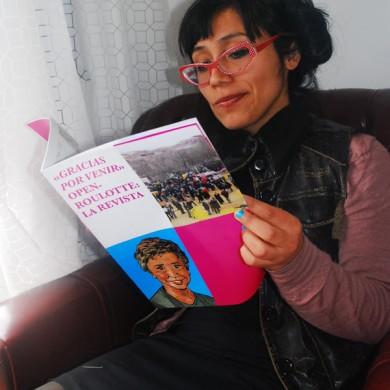 Jess leyendo '«Gracias por venir». Open-roulotte: la revista'